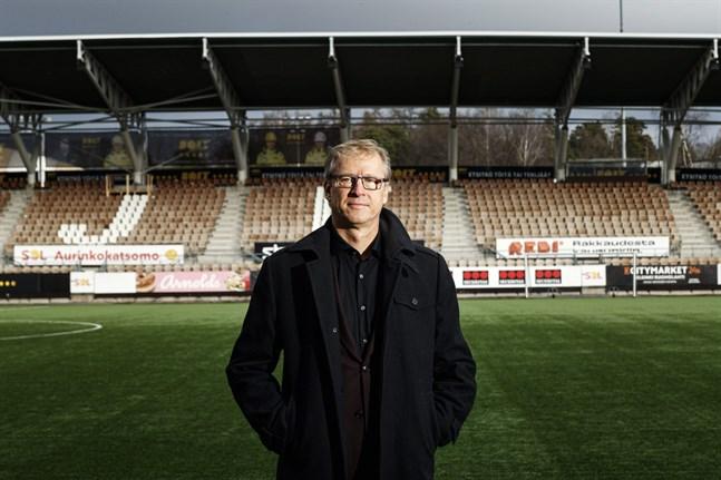 Förbundskapten Markku Kanerva kommer att leda landslaget inför tomma läktare i Lyon och i Wroclaw. Bilden är tagen på stadion i Tölö.
