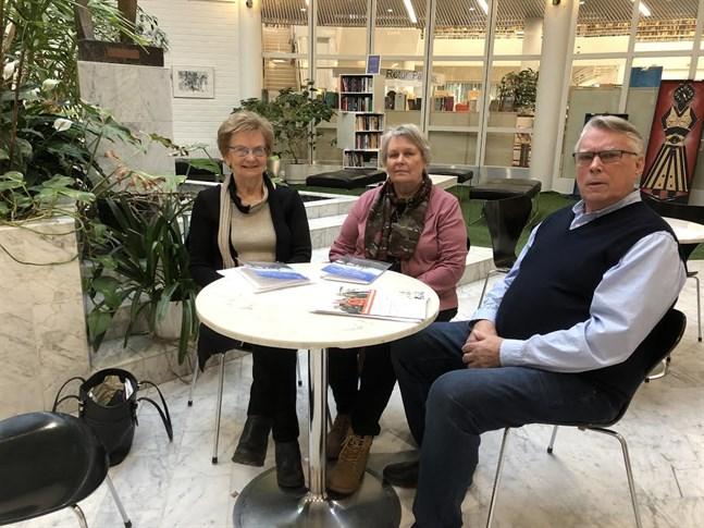 Alice Lillas (t.v.), Marlene Ehnström och Olle Fransholm är stolta över Korsholms pensionärsförening som firar 50-årsjubileum på lördag.