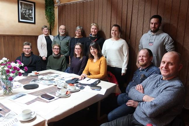 Nina Niemi (stående längst t.v.) har hjälpt Kronoby Företagare med nystarten. Styrelsen består av (sittande fr.v.) Håkan Libäck, Micaela Libäck, Eva-Lis Sundkvist, Annika Dahlvik, Mårten Byskata och Tony Kujala samt (stående fr.v.) Henrik Wiik, Ulla-Beth Mäki-Jussila, Nina Enlund, Åsa Huldén och Ted Kujala.
