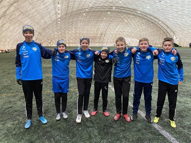Här är en del av spelarna i Krafts P07-lag. Joel Gulin, till vänster, Topias Kärkkäinen, Jakob Gulin, Arvid Bergvik, David Bogesic, Riad Camdzic och Harun Hodzic är redo att möta landets bästa juniorlag i vår.