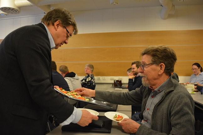 Kari Ranta-aho  gick en runda med fatet med fisksmörgåsar och serverade bland andra styrelseordförande Carl-Gustav Mangs.