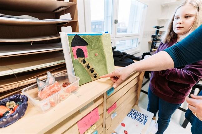 Amanda Hottas tavla består av både handritade element och tryck.