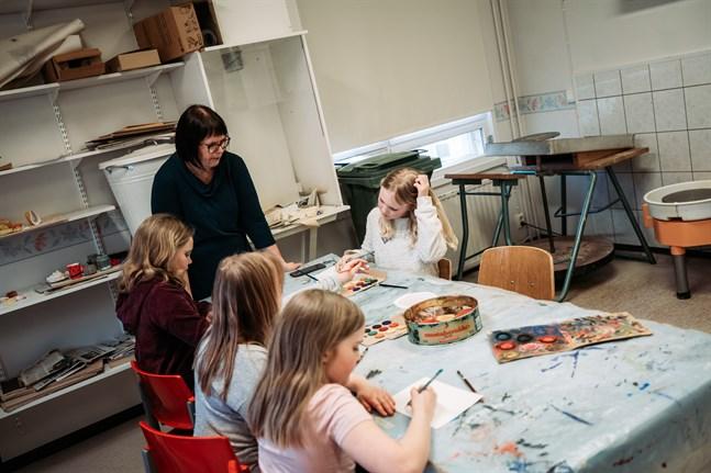 Jeanette Rönnqvist-Aro hjälper barnen på vägen.