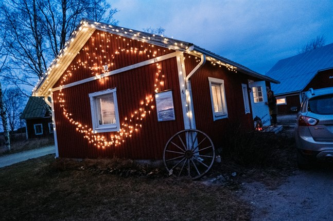 I sin stuga på gården tar Engström emot de kunder som vill träffas i en avslappnad miljö.