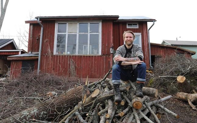 Timjami Varamäki fick ett infall och valde att förverkliga det. Nu bor han i ett över tvåhundra år gammalt hus i Kristinestad.