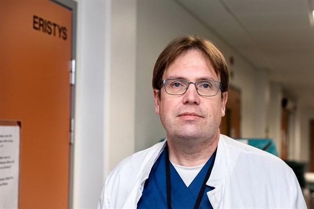 Soites infektionsöverläkare Marko Rahkonen samt Soites hematolog och canceröverläkare är bekymrade över att personer i riksgrupperna fortfarande rör sig på offentliga platser.