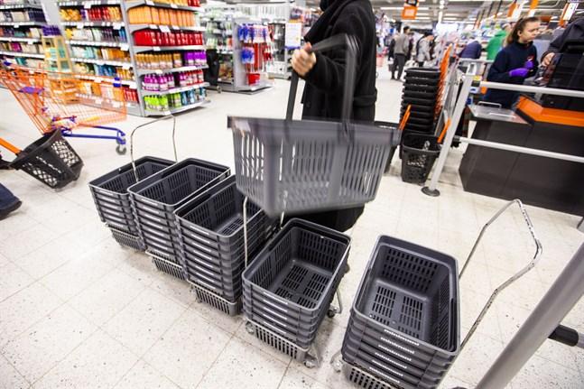 Shoppingkorgarna har fått ge vika för e-handeln under coronakrisen. I Finland har vi handlat fler skönhetsprodukter än vanligt på nätet.