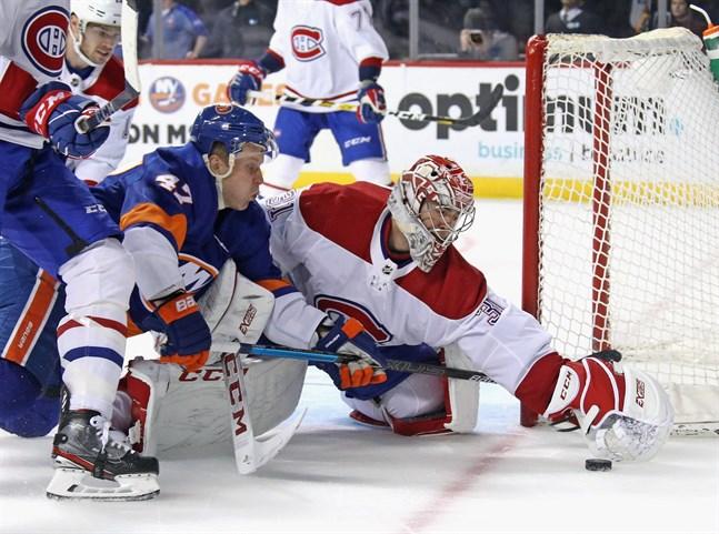 Leo Komarovs (nr 47) New York Islanders var inne i en djup svacka när säsongen blåstes av i NHL. Laget hade förlorat sju matcher i följd mellan den 25 februari och 10 mars. Bilden är från mötet med Montreal Canadiens den 3 mars och målvakten Carey Price hinner sno pucken framför näsan på Komarov. Motståndarna vann med 6–2.