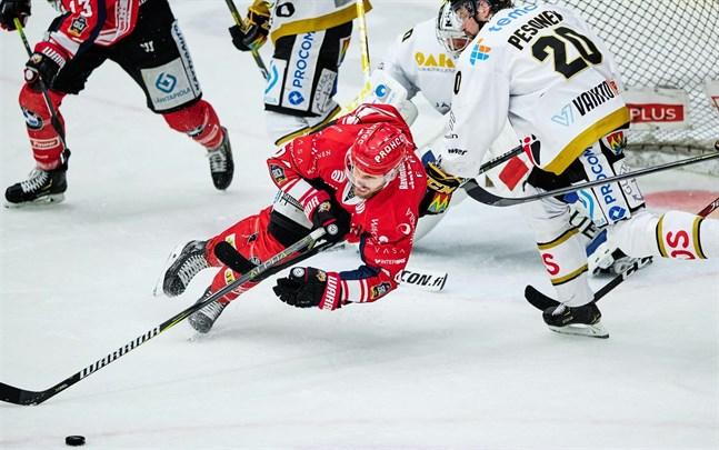 Filip Riska, här hemma mot Kärpät, gjorde sitt första mål för säsongen när Sport gästade KalPa.