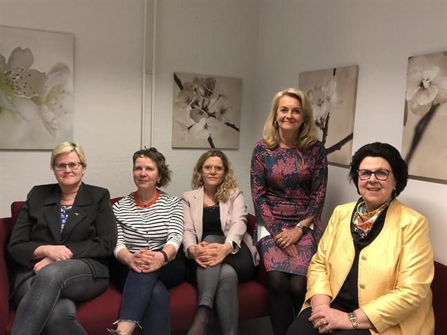 Här ett gäng aktiva sjukskötare som brinner för sin förening Sjuksköterskeföreningen i Vasa. Från vänster: Marice Nedergård, sekreterare i styrelsen, Gerd Viklund, viceordförande, Linda Nyholm, ledamot, Lisbeth Fagerström, ledamot och Marianne Buss, suppleant i styrelsen.