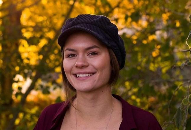 – Jag hoppas att så många som möjligt svarar så att individer, människor och samhället får en tankeställare och börjar fundera djupare på prestationskrav, säger Agnes Bertell som är abiturient på Vasa gymnasium.