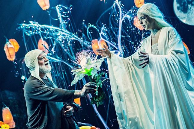 """Samuel (Thomas Backlund) överräcker en magisk blomma – som ger mod – till drottningen (Lina Ekblad) i """"Månskensprinsen"""". Det blev  allt annat än ett magiskt kulturår."""