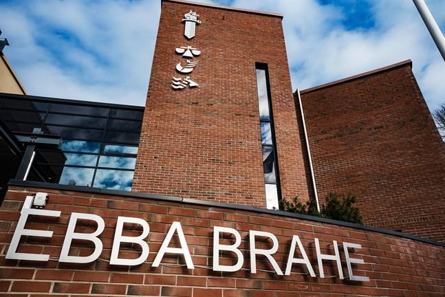 Statens ämbetshus i Jakobstad är stängt på grund av att en familj som testats positivt för coronavirus har vistats i lokalerna.