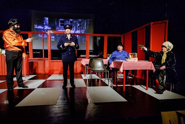 """Farsen """"Off season"""" utspelar sig på Lugnets pizzeria.Här syns skådespelarna (från vänster) Markus Mäenpää, Enina Elenius, Stefan Sandin och Camilla Juthbacka."""
