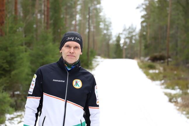 Jens Heinonen i Solfskogarna. I början av mars har skidspåret tyvärr redan smält bort. Han hoppas på bättre vintrar framöver.