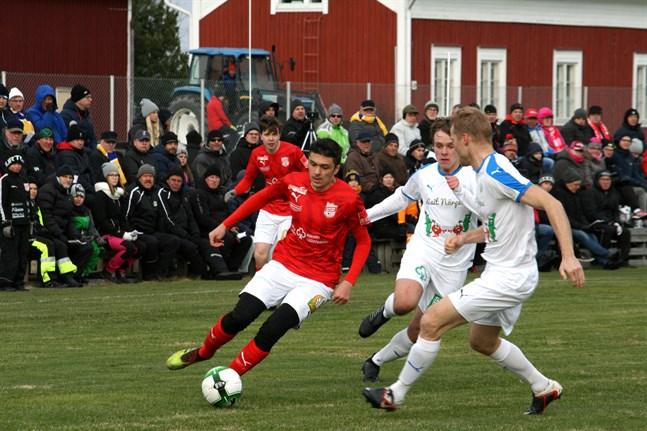 Fotbollsseriernas seriestart kan skjutas fram. Förra säsongen inleddes herrtrean med derby mellan Sporting och Kraft i slutet på april i Lappfjärd.