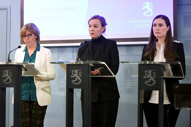 Några av de som höll i trådarna under presskonferensen var justitieminister Anna-Maja Henriksson (SFP), finansminister Katri Kulmuni (C) och statsminister Sanna Marin (SDP).