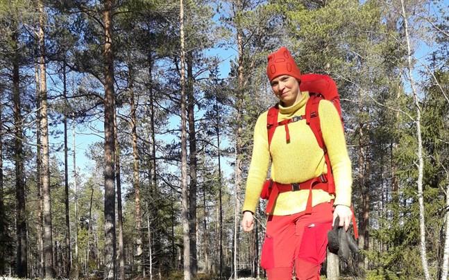 Mikaela Asplund tar tillfället i akt att tillbringa tid ute i skog och mark.