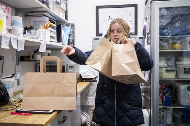 Hoppas kunder nappar på det här, säger Sandra Nestorova, ägare till Sweet Vasa. Hon har börjat köra hem lunchmat i hopp om att behålla kunderna.
