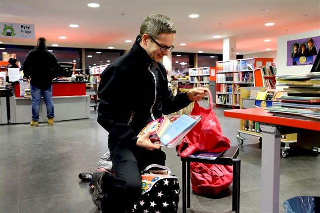Jani Muikku såg till att låna många böcker innan biblioteket stängde på måndagen. De kan behövas när barnen ska stanna hemma från skola och daghem.