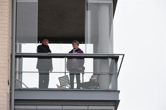 När Gustav Mannfolk och Christine Skogman ser västerut från balkongen har de utsikt över ån.