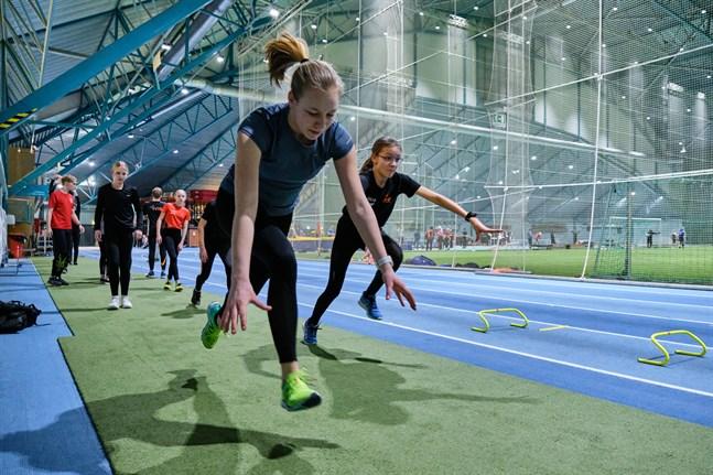 Botniahallen och de flesta andra idrottsanläggningarna är stängda. VIS-friidrottarna – Amanda Bertula och Tilde Nordman – i förgrunden får hitta på alternativa träningar.