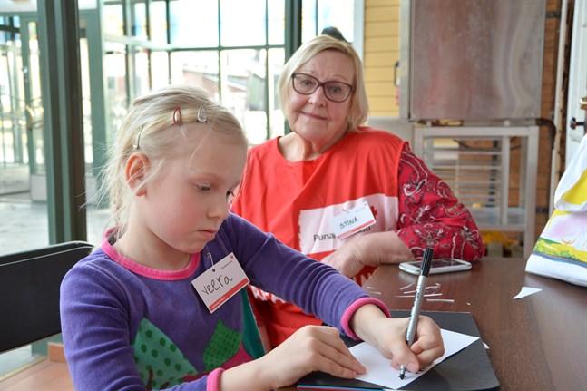 Stina Niskala håller nu kontakt med barnbarnen per telefon. Här ritar dotterdottern Veera Ojanperä ett kort åt mormor till vändagen 2017.
