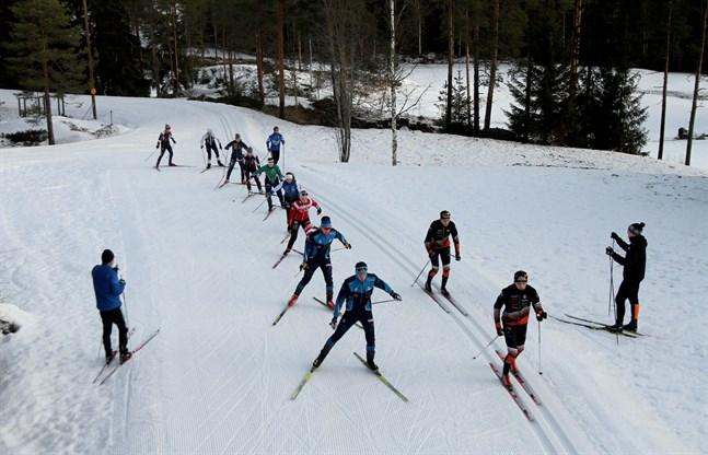 Bilden är från Vörå skidcentrum i slutet av januari, när Vörå idrottsgymnasiums skidåkare såg fram emot att tävla i FM på hemmaplan.