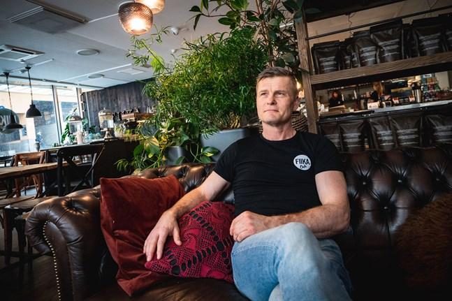 Fiika café i Jakobstad satsar på hemkörning av lunchmat, säger Roger Snellman.