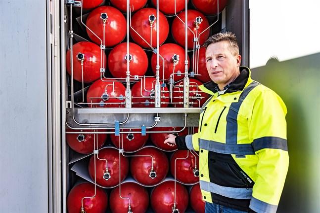 Trycket höjs gradvis på gasen så att den ska kunna överföras till bilen som ska tankas. Markus Snellman är teknisk chef vid  Snellman i Jakobstad.
