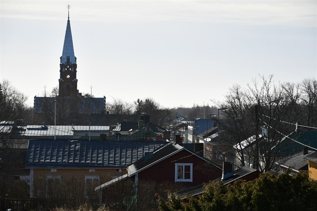 Staden Kristinestad kan inleda samarbetsförhandlingar med hela personalen, runt 490 anställda. Stadsstyrelsen fattar beslut på måndag.