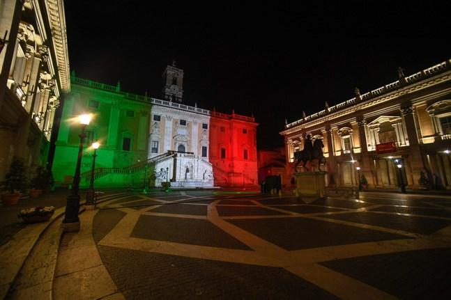 Stadshuset i Rom har lysts upp som en symbol för hopp, trots landets svåra situation.