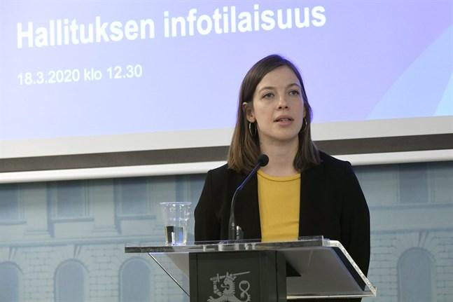 Undervisningsminister Li Andersson sade att regeringen utreder hur man kan ersätta alla föräldrar som tvingas bli hemma från jobbet utan lön sedan skolorna stängts.