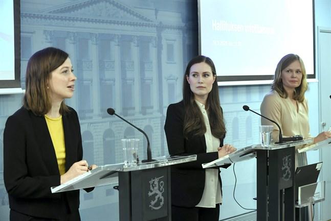 Hanna Kosonen, längst till höger, påpekade att det inte finns myndighetsdirektiv för allt och att bondförnuft också kan få användas. På bilden även Li Andersson och Sanna Marin.