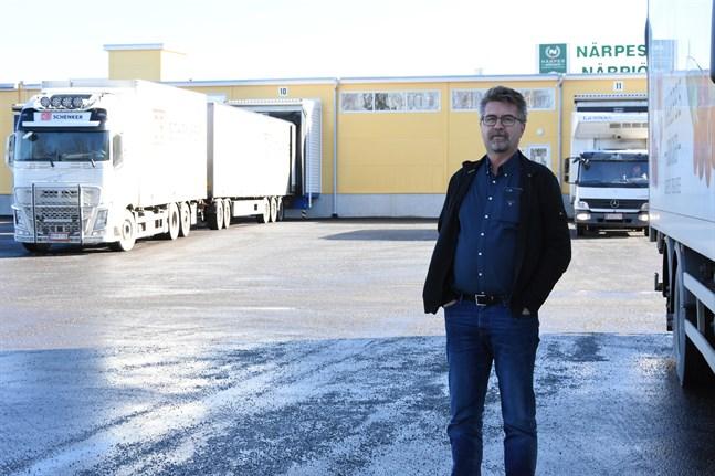 Lastbilarna kommer och far från Närpes Grönsaker. Nu krävs det att vi funderar på lite extraordinära saker för att få vardagen att flyta på, säger vd:n Stefan Skullbacka.