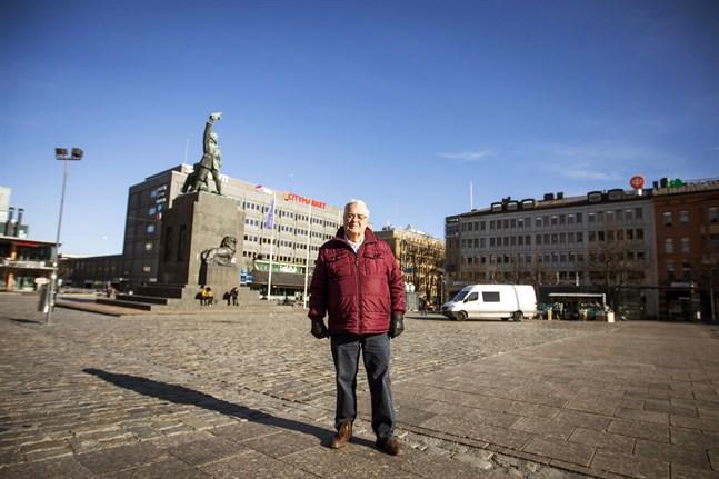 Ole Norrback på torget i Vasa.