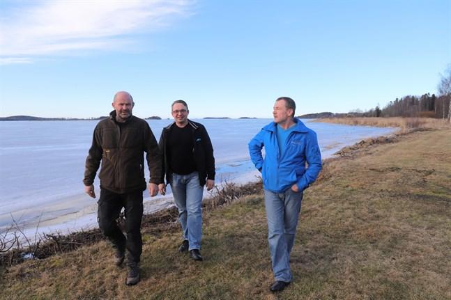 Mikael Hägglund, Johan Häggblom och Dan Norrgård tror att de planerade tomterna på udden i bakgrunden kommer att bli populära.