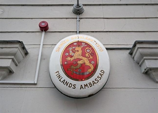 Utrikesministeriet uppmanar alla strandsatta finländska resenärer att kontakta Finlands ambassad eller det lokala konsulatet.