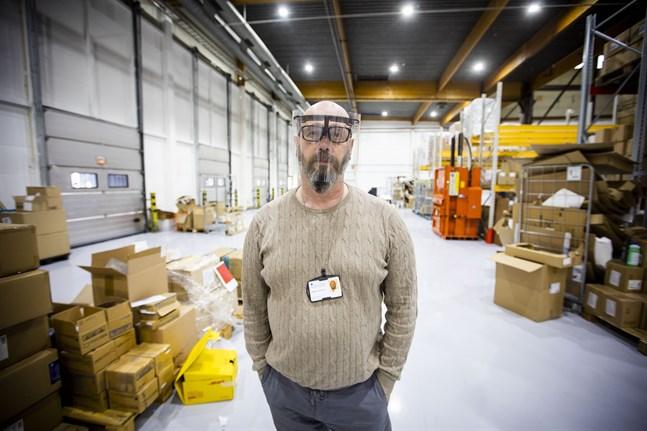 Stefan Vehkoja, materialkoordiantor på Vasa centralsjukhus, är nöjd med skyddsvisiren som Orapack och CNC Design tillverkar.