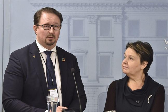 Mika Salminen från THL och Kirsi Varhila, kanslichef på social- och hälsovårdministeriet.
