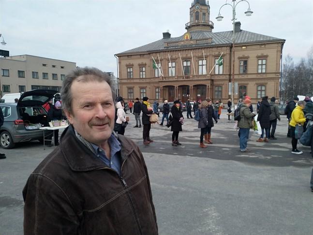 Arkivbild: Thomas Snellman på en Reko-utdelning i Jakobstad i mars 2020.