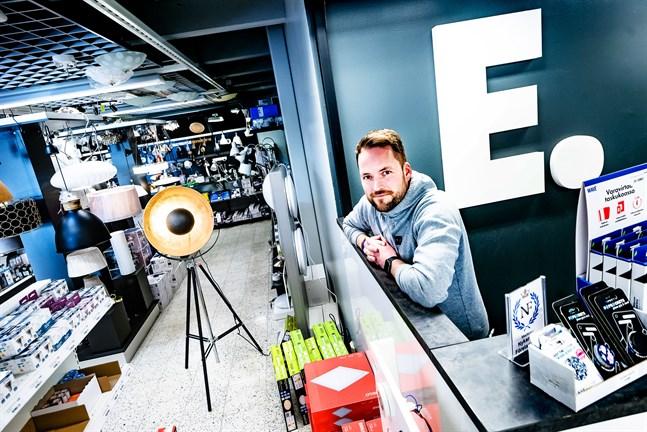 """Morgan Holländer är """"Årets företagare 2019"""" i Nykarleby. För fem år sedan tog han över Nykarleby El-Affär, ett företag som grundades för 73 år sedan."""