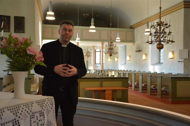 I Närpes kyrka gäller att högst tio anhöriga kan närvara vid en begravning, säger kyrkoherde Tom Ingvesgård.