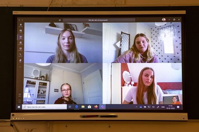 Sedan mitten av mars får de allra flesta elever sin undervisning på distans. På bilden syns Sandra Smedlund, Amanda Holtlund, Sofia Eklund och Alma Södergran som går i Petalax gymnasium.