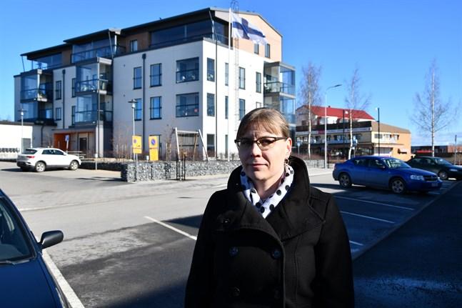 Med alla våningshus som byggts de senaste åren är planläggningsingenjör Malin Haka inte förvånad att Närpes centraltätort har vuxit med 500 invånare på kort tid. I bakgrunden det nyaste våningshuset, Torghuset och längre bort med rött tak Folkhälsanhuset.