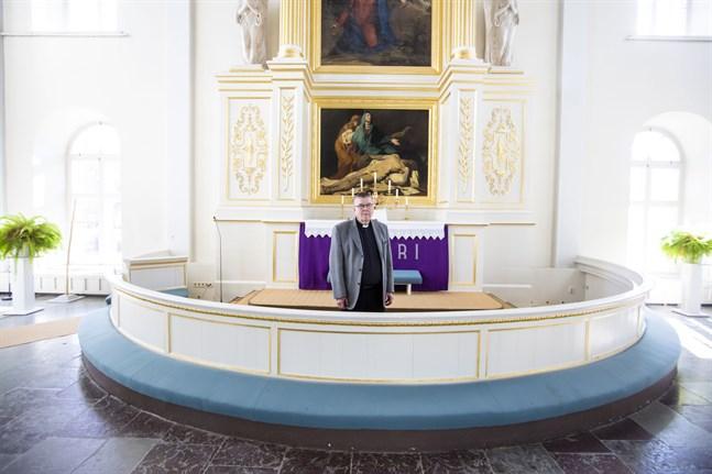 Minimalt antal deltagare i förrättningar och gudstjänster på nätet. Kyrkoherde Berndt Berg har fått leda stora omställningar i Korsholm.