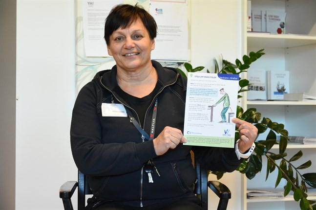 Att stiga upp från stolen är en utmärkt och enkel övning, säger Ann-Katrin Lindström. Den stärker lårmusklerna.