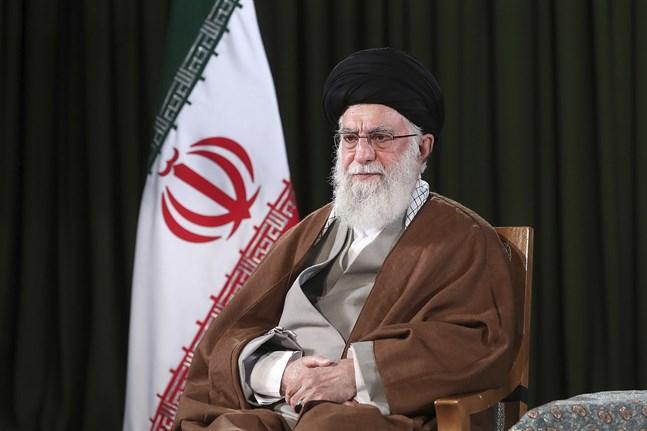 Irans ayatolla Ali Khamenei höll ett nyårstal med viss optimism. Här poserar han för ett porträttfoto inför talet, på en bild som offentliggjorts av hans kansli.