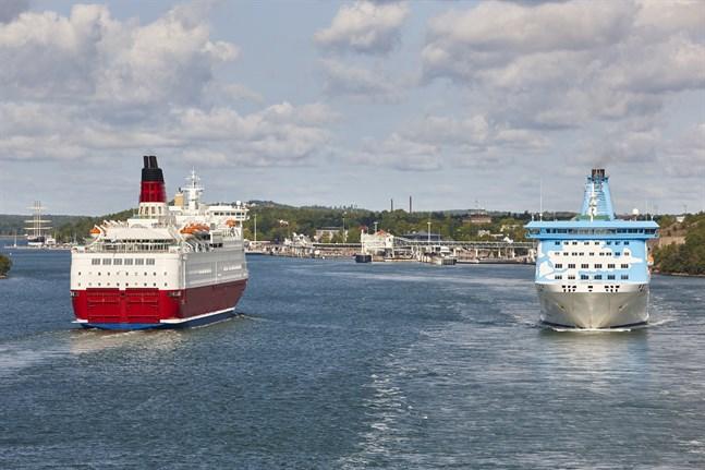 Resebegränsningar har lett till att all passagerartrafik till Åland borde gå via Mariehamn, men det passar inte rederierna.