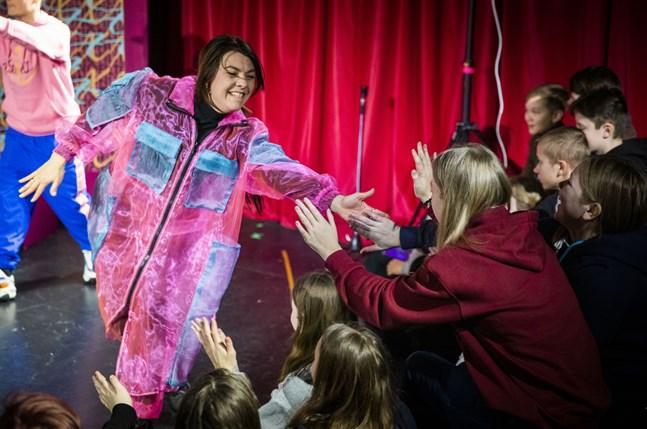 Bilden är från vårens TIU-program #nofilter på Wasa Teater. Influeraren Alexis (Susanne Marins) hälsar på sina nätföljare, det vill säga de elever som såg och deltog i föreställningen.